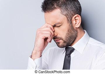 내리누르게 된다, businessman., 초상, 의, 좌절시키는, 성숙한 남자, 에서, 셔츠와 넥타이, 만지는 것, 그의 것, 코, 와..., 유지, 감기는 눈, 동안, 서 있는, 향하여, 회색, backgroundworried, businessman., 초상, 의, 좌절시키는, 엄마
