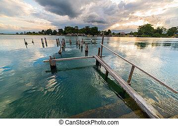 늙은, 방파제, 통하고 있는, poso, 호수, 에, 황혼, sulawesi, 인도네시아