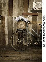 늙은, 숙녀, 자전거, 기대는 것, a, 나무로 되는 판자