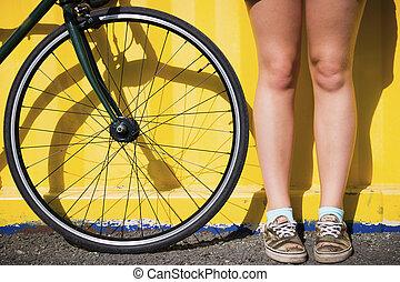 다리, 의, a, 젊은 숙녀, 공간으로 가까이, 자전거 바퀴, 통하고 있는, a, 노란 배경