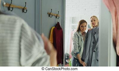 더 가까운, 복합어를 이루어 ...으로 보이는 사람, 상의, 방, 그녀, 숙녀, happily., 나이 적은 편의, 함께, advice., 쾌활한, 맞는 것, 묻, 그들, 거울, 여자 친구, 미소, 해봄, 도래, 친구