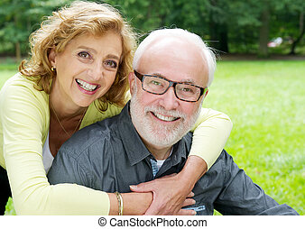 더 나이들었던 커플, 미소, 애정을 드러내는 것, 행복하다