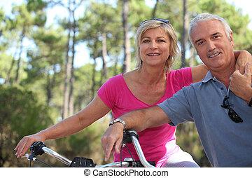 더 나이들었던 커플, 자전거를 타는 것, 시골의