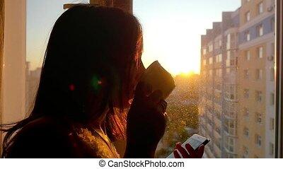 도시, 커피, 여자, 나이 적은 편의, 희미해지는, 전화, 창문, 사용, 인력이 있는, 배경, slowmotion, 일몰, 술을 마시는 것, 놀랄 만한