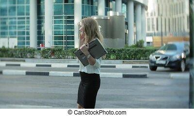 도시, smartphone, 센터, 사업, 여자 실업가, 공원, 나이 적은 편의, 말하는 것, 을 사용하여