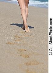 뒤의 보기, 의, a, 여자, 다리, 걷기, 바닷가에, 와..., 그녀, 자취