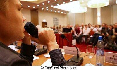 말하고 있는 사람, 완전히, a, 마이크로폰, 에서, 회의 강당