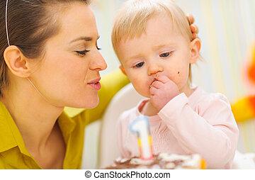 먹다, 경하하는, 케이크, 생일, 어머니, 아기, 처음