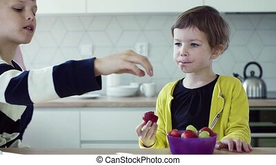먹다, 나이 적은 편의, kitchen., 2, 과일, 어머니, 아이들