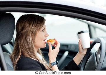 먹다, 운전, 컵, 여자 실업가, 일, 매력적인, 동안, 보유, 술을 마시는 것