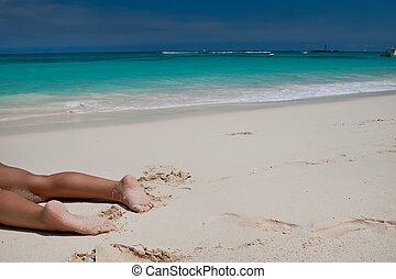 무두질되는, 여자, 다리, 통하고 있는, 모래 바닷가, 공간으로 가까이, 푸른 바다