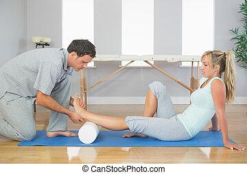 물리 요법사, 바닥, 착석, 시험하는, 환자, 동안, 발