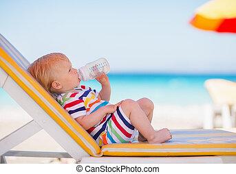 물, 선베드, 술을 마시는 것, 초상, 아기