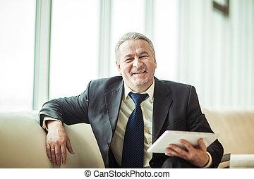 미소, 경험된다, 실업가, 와, 디지털 알약, 소파에 앉아 있는 것, 에서, 사무실