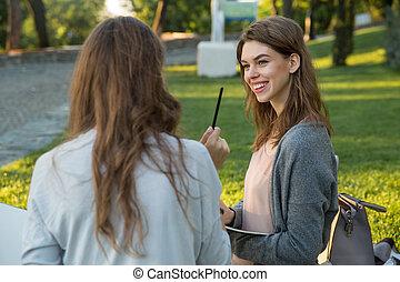 미소, 나이 적은 편의, 2 여자, 착석, 옥외, park에게서, 쓰기, 노트.