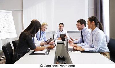 미소, 실업가, 특수한 모임, 에서, 사무실