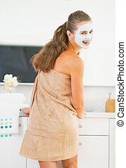 미소, 젊은 숙녀, 와, 화장품, 가면, 통하고 있는, 얼굴, 에서, 욕실