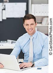 미소, 친절한, 실업가, 계속해서 움직이는 것, a, 휴대용 퍼스널 컴퓨터
