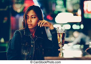 밤의 유흥, 성인, 소녀, 기다림, 에서, 그만큼, 막대기, 술을 마시는 것, 맥주