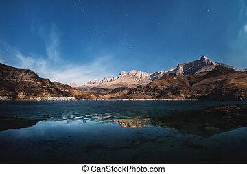 밤, 조경술을 써서 녹화하다, 웅대한, 바위, 떠남, 에서, 그만큼, 거리, 향하여, 그만큼, 배경, 의, 그만큼, 밤 하늘, 와, 구름, 와, a, semi-frozen, 호수, 에, 그들, 산기슭의 언덕