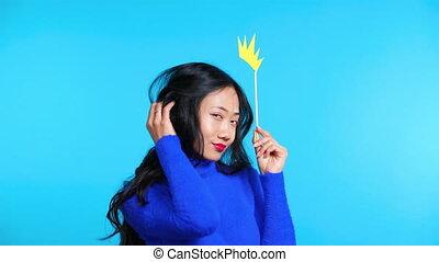 배경, 여자, 자세를 취함, 아시아 사람, 아름다운, 종이 왕관, 파랑, 돛대
