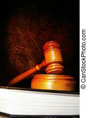 법률이 지정하는, 작은 망치, 통하고 있는, a, 법률 서적, 에서, 극적인, 빛