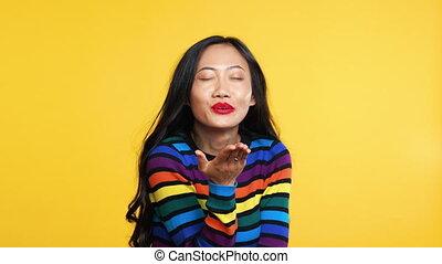 보냄, 행복하다, 공기, 키스, 카메라, 황색, 여자, 아시아 사람, 배경