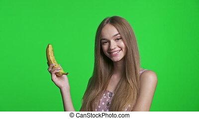 보유, 바나나, 드레스를 입는 것, 미소 짓고 있는 소녀, 여름