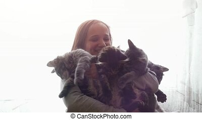 보유, 새끼고양이, 소녀, 브루넷의 사람, 아름다운, 미소, 귀여운