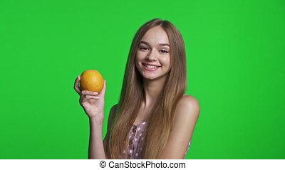 보유, 입는 것, 과일, 의복, 미소 짓고 있는 소녀, 오렌지, 여름