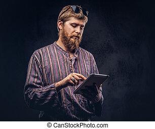 붉은머리딱따구리, 대담하게 맞서게 된다, 유행을 좇는 사람, 사람, 몸치장을 한다, 에서, 자형의 것, 구식, 셔츠, 을 사용하여, a, 정제, 컴퓨터, 통하고 있는, a, 암흑, 배경.