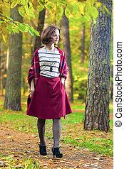 브루넷의 사람, 나이 적은 편의, 숲, 여성, 초상, 가지고 있는 것, 어슬렁어슬렁 걷기