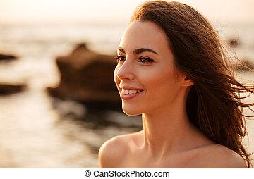 브루넷의 사람, 심상, 위로의, 여자, 자세를 취함, 끝내다, 미소, 바닷가