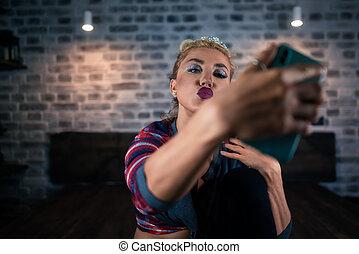 비범한, 젊은 숙녀, 쇼, 키스, 에서, 카메라, 의, smartphone, 에, 유행, apartment.