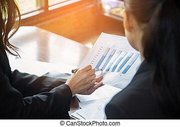 비즈니스 팀, 분석하는 것, 수입, 도표, 와..., graphs., 끝내다, 올라가고 있는., 여류 실업가, 분석, 와..., 전략, 와, 성공, concept.