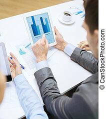 비즈니스 팀, 와, 그래프, 통하고 있는, 알약 pc, 스크린
