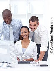 비즈니스 팀, 을 사용하여, a, 휴대용 퍼스널 컴퓨터