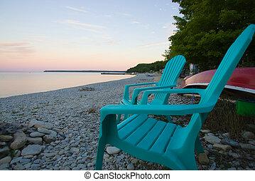 빈 광주리, adirondack의자, 바닷가에