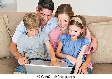 사랑하고 있는 가족, 휴대용 개인 컴퓨터를 사용하는 것, 함께, 통하고 있는, 소파