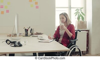 사무실., 휠체어, 책상, 그녀, 여자 실업가