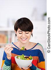 사발, 식사를 하고 있는 여성, 샐러드