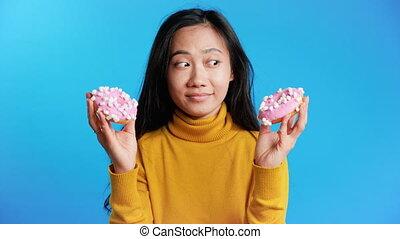 사이의, 도넛, 선택하는, 여자, 아시아 사람, 생각에 잠긴, 배고픈