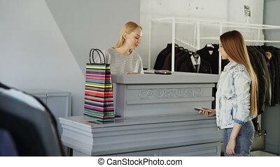 상점, 서 있는, smartphone, 그녀, 을 사용하여, 증여/기증/기부 금, 지불, cashier's...