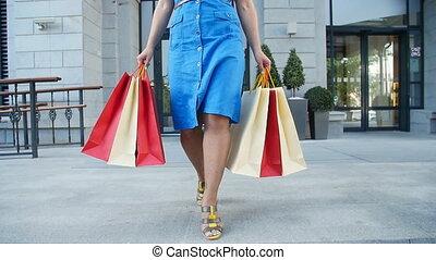 상점, 은 자루에 넣는다, 걷기, 쇼핑하고 있는 여성, 나이 적은 편의, 행복하다, 나가