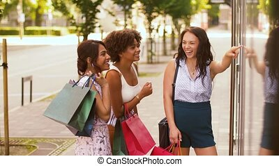 상점, 은 자루에 넣는다, 쇼핑, 복합어를 이루어 ...으로 보이는 사람, 창문, 여자