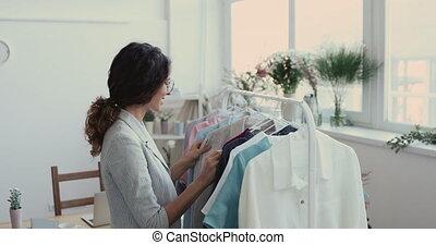 새로운, 은 선반에 얹는다, 수집, 디자이너, 유행, 미소, 검사, 매다는 데 쓰는