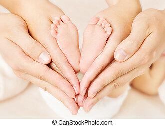 새로 태어난 아기, 발, 에서, 부모님, hands., 사랑, simbol, 가령...와 같은, 심장, 표시