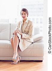 생각에 잠긴, 여자 실업가, 소파에 앉아 있는 것, 사진기를 보는