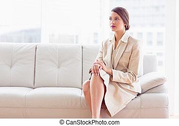 생각에 잠긴, 여자 실업가, 소파에 앉아 있는 것