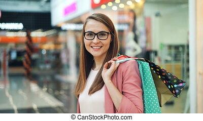 서 있는, 구입, 쇼핑, 박람회, 은 자루에 넣는다, 카메라, concept., 길게, 젊음, 머리, 미소...